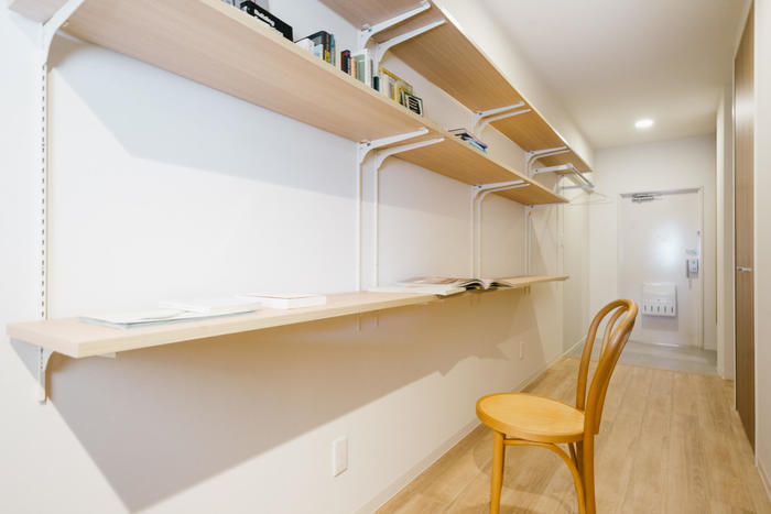 壁面収納を取り入れられているお家は多いのではないでしょうか。 広い壁面に作られた収納棚に本を並べて、趣味に勉強にも活用されています。  一角だけでもワークデスクとして使えるようにしておけば、自分だけの特別な空間になりそうですね。