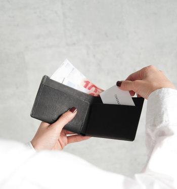 ●コンパクト財布  コインポケットはなく、お札入れとカードポケットのみ。チケットケースとしてお使いいただくのもおすすめな使い方です。スマートなヴィジュアルと使い心地で、自然と手に馴染む逸品です。  <仕様> ・お札入れ:1箇所 ・カードポケット:2箇所