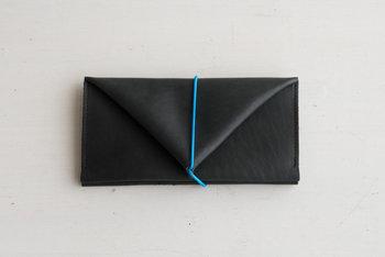 ■長財布  折紙のような、三角屋根のおうちのような、なんだか不思議なシルエットのゴムひもでとめるお財布。蓋を開けると2つの仕切りが大きく開き、中身をひと目で見渡すことができます。使う毎に手に馴染む、育てがいのあるアイテムです。  <仕様> ・多用途で使える仕切り:2箇所