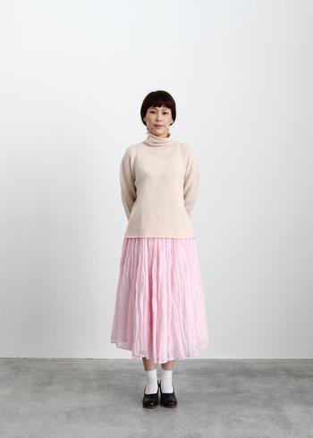 春に向けて、柔らかいイメージのライトカラーを大人っぽくコーデに取り入れていきましょう。春色の代表ピンクは、ライトベージュと組み合わせることで、ガーリーなイメージを和らげ大人っぽい印象に。