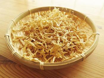 また、切った表面が大きければ水分は抜けやすくなります。干し野菜の代表、切り干し大根は皮ごと千切りにして干せばいいので、食卓のごみも減りエコにもつながります。