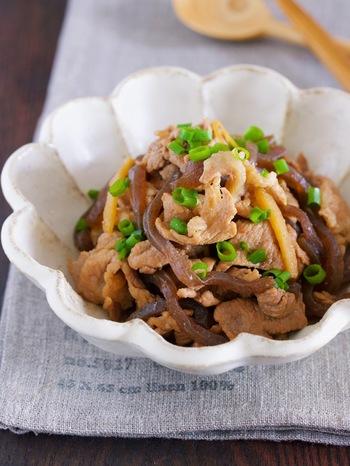 包丁いらずでつくれる甘辛しぐれ煮です。柔らかいこんにゃくは、調理ばさみで楽々カット。豚こまぎれ肉は、そのまま使用できますよ。  豚小間とこんにゃくに、濃いめの甘辛い味付けがよくしみて、ご飯がすすむおかずになります。仕上げに、調理ばさみでカットしたねぎを上から散らして◎ 彩りもよくできあがります。