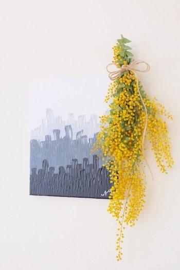 無造作に束ねて吊るすだけでもオシャレなインテリアに変わります。白い壁に飾ると、黄色がとってもよく映えます。