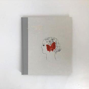 こちらも美篶堂による手製本の絵本。鳥取出身のイラストレーター、杉本さなえさんによる作品集です。あたたかみのある造本にどこかノスタルジックさを感じさせる不思議なイラスト。大人の方におすすめの繊細な世界観を楽しめる絵本です。