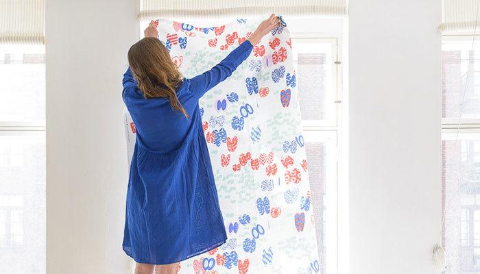 なかなか思い通りの空間にならない場合には、「布」の力を借りるという手も。  広い壁がない場合や色味が合わない場合は、背景に好みのテキスタイルを吊り下げてみて。吊り下げるだけでなく、テーブルクロスとして使用しても、雰囲気をグンと変えることができます。  他にも、お子さんが座るチェアの色が雰囲気にマッチしない場合にはブランケットなどでカバーするなど・・・。布は、「生活感を隠したい」「雰囲気を統一したい」ときにとても有効なアイテムです。
