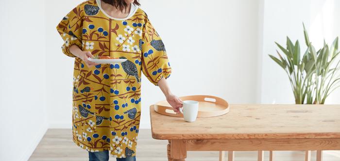 昔から日本人に親しまれてきたかっぽう着と、北欧デザインのファブリックを融合した「セミオーダーかっぽう着」。様々な柄の中から好きなデザインを選んで、おしゃれなかっぽう着をオーダーしてみませんか?こちらのテキスタイルデザインは、北欧のファブリックブランド「ALMEDAHLS(アルメダール)」のKorsbarstradgarden(ショスーバーズ・トレード・ガーデン)。小鳥や青い実が散りばめられた可愛いデザインと、華やかな色使いが魅力的なテキスタイルです。