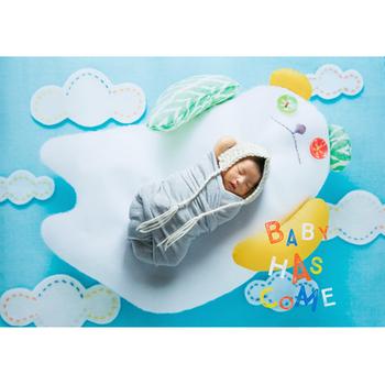 ちなみに、小さな赤ちゃんの撮影でも、壁紙ポスターは大活躍。  上に寝かせてあげるだけで素敵な写真が残せるので、まだ育児にゆとりがないママも、負担少なくおうちフォトを楽しめます。  赤ちゃんが手足を動かしても布のようによれたりせず、手あたり次第ものをつかみたい時期でも、平面のポスターなので安心。レイアウトを何度も調整する必要なくスムーズに撮影でき、特別な一枚が簡単に残せます*
