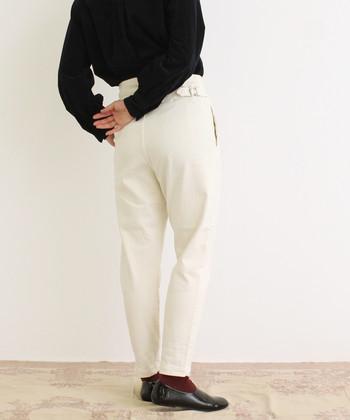 ベーシックなカラーが好きな方は、ブラックアイテムをプラスしたモノトーンコーデに、靴下でさりげないカラーを入れたアクセント使いをすると、ワンランク上のコーデに仕上がります。