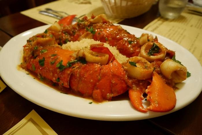 クスクスを贅沢に使ったオマール海老のトマトソースパスタ。魚介のエキスがたっぷりしみこんだクスクスは、とってもおいしいと評判です!
