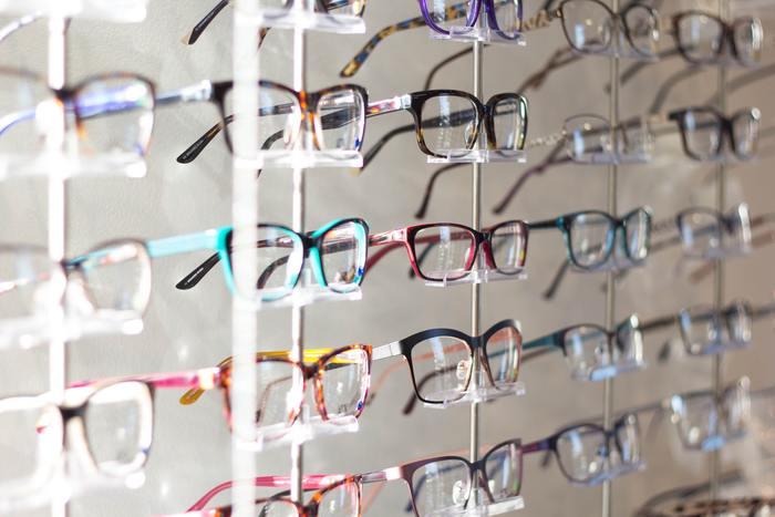 また、眼鏡はいつも衛生的に使えるように収納場所には眼鏡拭きなどを添えておくといいですね。気づいたときに、ささっと拭けるという状態をつくることが、「いつもきれい」につながります。