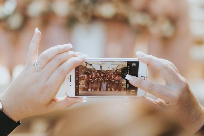デジタルカメラでもスマートフォンでも、ぜひ活用してほしいのが「連写機能」。  お子さんの動きは素早く、表情も刻一刻と変化します。決定的な一瞬を逃さないだけでなく、あとからじっくり見返したときに、思いもよらないベストショットを発見できる可能性もありますよ。