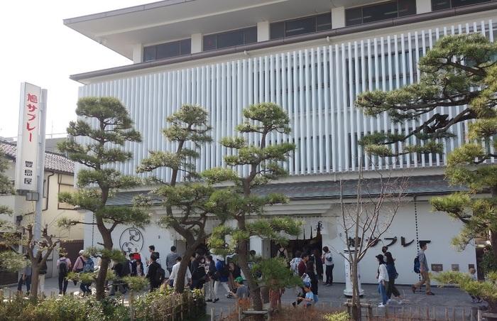 最初にご紹介するのは、鳩サブレーで有名な「豊島屋」。鎌倉本店の数ある商品の中でも、ひときわ鎌倉らしさを感じるものといえば、お湯を注いで簡単に美味しいおしるこが食べられる「名所しるこ」です。