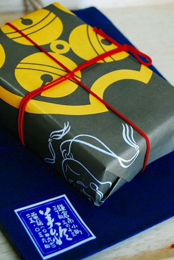 3つの鈴があしらわれた包装紙のデザインは、鎌倉建長寺法堂の天井画「雲龍図」を描いた画家、小泉淳作のもの。