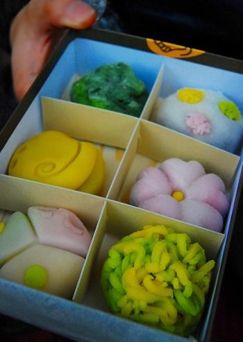取り扱いは「季節の上生御菓子」、月ごとに変わる「季節の御菓子」や「羊羹」など。写真の上生御菓子は、鎌倉で開催される茶会や、浄妙寺の茶屋「喜泉庵(きせんあん)」でも提供されているもの。甘さ控えめで上品な味はもちろん、四季の移り変わりを表現した美しい和菓子は、地元住民も憧れの逸品です。