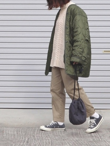 ざっくりニットとパンツの定番スタイルも、ベージュを基調にすると柔らかく女性らしいイメージに。あえて肩の位置をずらすアウターの着方にもご注目。