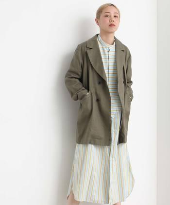 フェミニンなシャツワンピースを、カーキのジャケットで雰囲気チェンジ。さり気なくバサッと羽織るのがこなれ感の秘訣です。