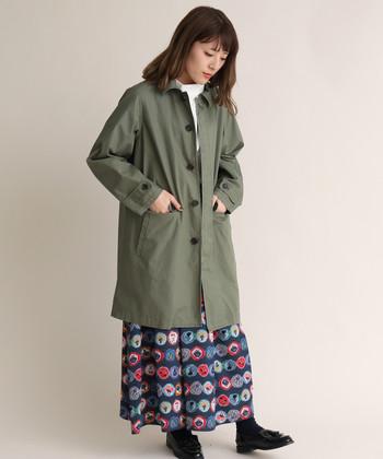 カラフルな色使いが目を引く柄スカートで、カーキアウターにありがちな暗見えを回避。華やかスカート×カーキアウターの組み合わせは、応用の効く春めきスタイルの代表です。