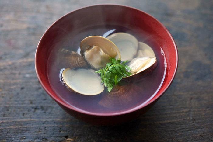 ハマグリから出る澄んだお出汁と塩で作るシンプルだからこそ体にその旨味が染み渡る「ハマグリのお吸い物」。潮汁とも呼ばれています。鯛めしとの相性も良く、こちらもおめでたい席に喜ばれる一品です。