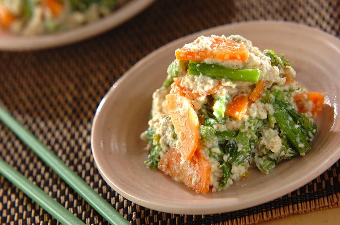 鯛めしのお供には優しい苦味が癖になる菜の花をお豆腐で和えた「菜の花とニンジンの白和え」が◎。菜の花はビタミンCをはじめカルシウム、鉄分も豊富に含むので貧血予防にも効果的。一緒に和えるニンジンもカロテン豊富なので一緒に食べてさらに免疫力を上げて風邪に負けない体を作りましょう。