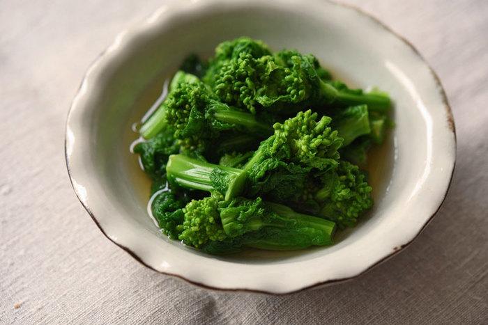 茹で汁をだし汁がわりに使う、旬の菜の花の旨味を味わう「菜の花のおひたし」。最初にご紹介した茹で方をしっかりマスターすれば美味しく作ることができますよ。茹で汁に辛子をプラスして大人風味な辛子和えにシフトチェンジすることも可能です。