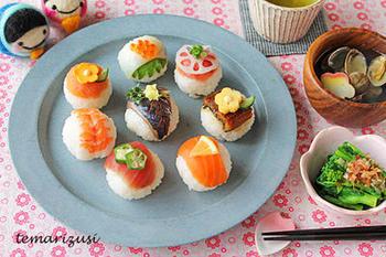 こちらの手まり寿司は、手巻きずし用のお刺身セットで作っているのだそう♪ひなまつりシーズンの食材を上手に生かしてみましょう。イカの下に大葉を敷いたり、サーモンの上にはレモン、マグロの上にはオクラなど、トッピングを施すとさらに美しく豪華になりますよ!