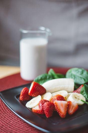 <材料> ・バナナ・・・1本 ・いちご・・・8個 ・ほうれん草・・・1株(約30g) ・塩・・・少々 ・胡椒・・・お好みで  食物繊維たっぷりのバナナを使ったジュースです。いちごやほうれん草も入っているので栄養も満点!アクセントが欲しい方はぜひ胡椒を入れてみて!