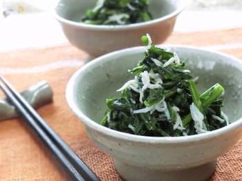 茹でた菜の花をごま油と塩で和えるだけで簡単に作ることができる「なばなとしらすのナムル」はシラスをプラスすることでさらにカルシウムup!