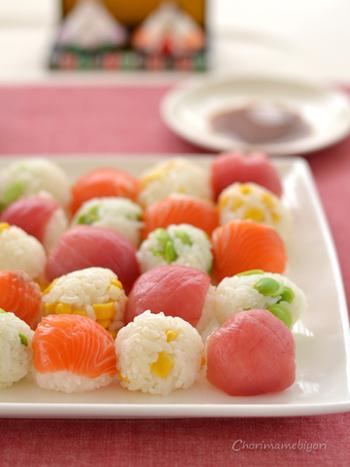 手まり寿司は必ずしもお刺身や具をのせなくてはいけない、というわけではありません♪こちらは、コーンや枝豆の混ぜご飯を手まりサイズに握って、具ののった手まり寿司と交互に盛り付けしています。彩りの変化も楽しめて素敵ですね。