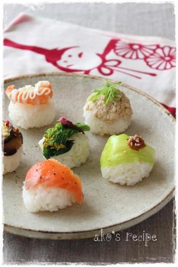 こちらは大人も楽しめるおしゃれな手まり寿司のレシピです。簡単に作れるおかずを手まり寿司の具にして、味わいのあるひと皿に盛り付けましょう。スモークサーモンにブラックペッパーをかけるだけで、いつもとは違う味わいが楽しめますよ。手まり寿司と一緒に、お好みのお酒を合わせても◎
