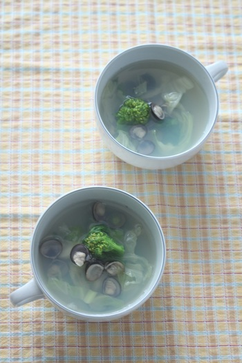 丼と温奴のお供にはデトックス効果が期待できるシジミに菜の花をプラスした「しじみと菜の花のスープ」をチョイス。疲れた体に染み渡る美味しさです。