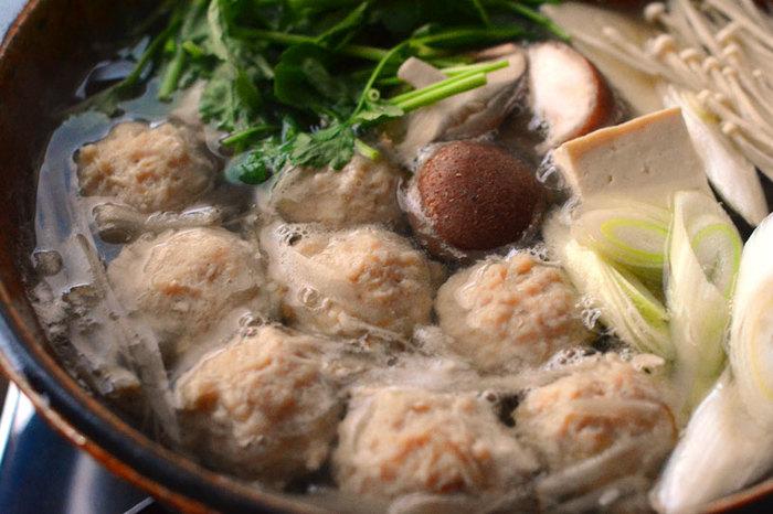 せりがたっぷり入った「鶏団子鍋」はこの時期オススメのお鍋の一つ。お鍋の時は副菜で悩みがちですが、しっかり具材がいただけるお鍋には和える系の副菜、切るだけの副菜でも◎です。そしてこの時期旬の食材はシンプルな味付けでもしっかり美味しい食材が多いので献立も構成しやすいですよ。