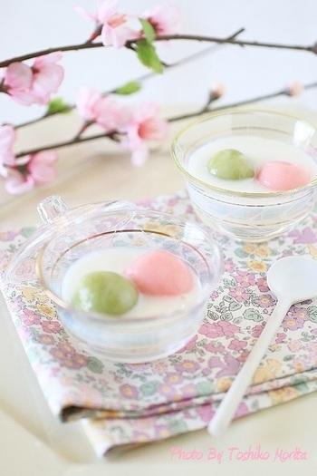 こちらはひなまつりカラーを白玉で表現したデザート。牛乳に杏仁霜を加えた、杏仁風味が特徴のおしるこです。あたたかいデザートなので、まだ肌寒い日のひなまつりにもぴったりですね。