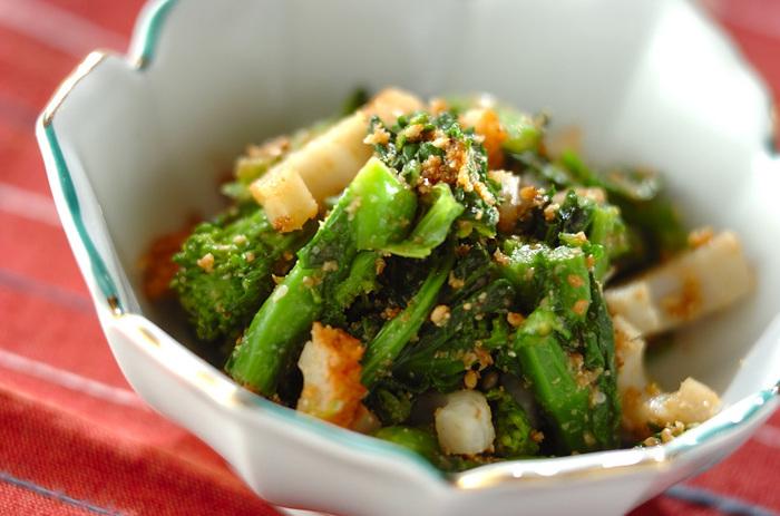 お鍋の副菜としてもう一つ用意しておきたい副菜が菜の花を使った和え物「菜の花のゴマ和え」です。ちくわも一緒に入ることで食べ応えも。