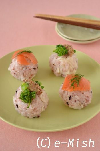 カップちらし寿司や手まり寿司は自由にアレンジを楽しめるグルメたち。作り慣れたレシピも、ひなまつりカラーを意識してみたり、ちょっぴり豪華な具材にするだけで手軽にひなまつりレシピとして楽しめますよ♪