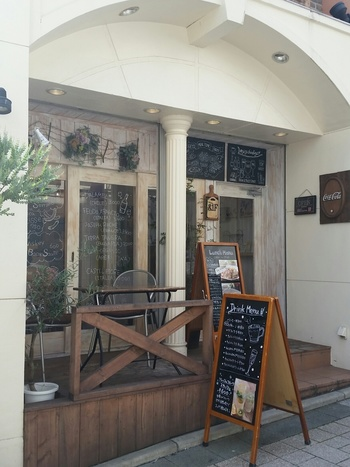 自由が丘駅から徒歩1分という好立地のカフェ。テラス席もあり、女性に人気のお店です。