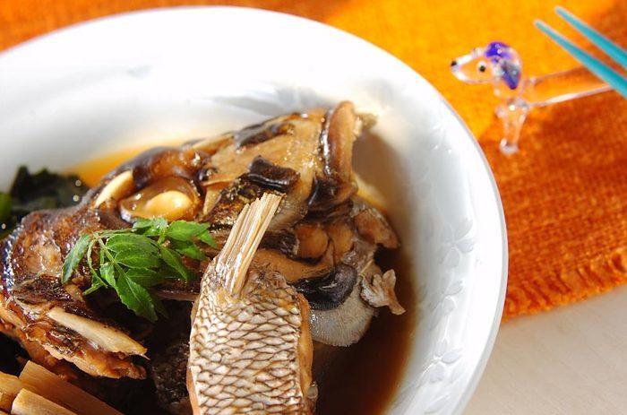 白いご飯にぴったりの「鯛のアラ炊き」。旬の時期はアラの部分はさらに安価に手に入ります。甘辛く煮た鯛もまた美味ですよね。お給料日前でもアラがあれば食卓も華やかに!これは作る価値ありのレシピです。