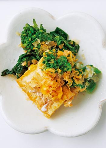 鯛のアラ炊きの甘辛いお味のお供には、食べ応えも彩りも良い豆腐と菜の花を炒めた「菜の花チャンプルー」がオススメです。メインが煮物系の時は和え物や炒め物を合わせると献立の構成がしやすくなりますよ。