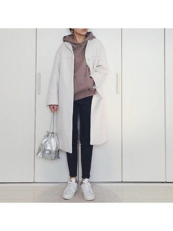 コートの次に印象を変えやすいのが足元です。靴を明るい色にするだけで、全体がトーンアップします。