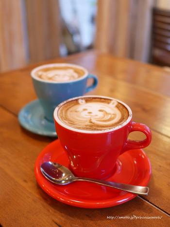 可愛いカフェラテアートも人気の理由のひとつ。イラストレーターさんとのコラボカフェも不定期でされているのでチェックしてみてくださいね♪