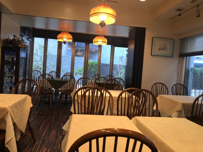 お洒落な雰囲気の店内は全部で46席ほどで、昭和の洋食屋さんらしい落ち着きが感じられます。ランチタイムはあっという間に満席になってしまいます。