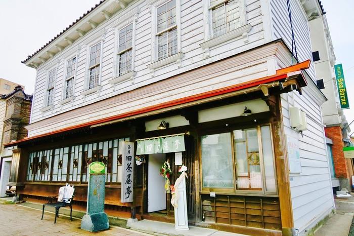 JR函館駅から車で5分ほどのところにある、こちらの「茶房旧茶屋亭」は明治末期の和洋折衷建築物。1階部分は和風の建物に見えますが、2階部分は洋風に感じますね。函館市の西部地区歴史的景観条例伝統的建造物に指定されています。