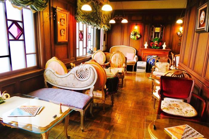 外観は和洋折衷をそのまま補修保存していますが、内部は大正ロマン漂うサロンを再現。格調高い家具やインテリアに注目です。まるでタイムスリップしたような気分を味わえます。