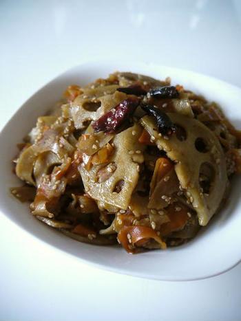 蓮根はスライサーで、人参はピーラーで切っている、簡単なキンピラレシピです。  手軽に厚さを均一にできるので、炒める時にムラが出ず、味付けの加減もしやすいです。しっかりと炒められれば、たいてい失敗せずに作れます◎  甘辛い味付けが、蓮根と人参にしっかりとしみ込んで、冷めても美味しいです。お弁当おかずにもおすすめ。