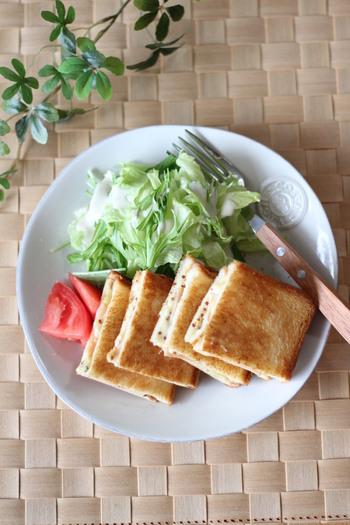 フライパンを使ってつくるホットサンドです。手順さえ覚えれば、好みの具材でつくることができます。粒マスタードを混ぜると、味が引き締まります。
