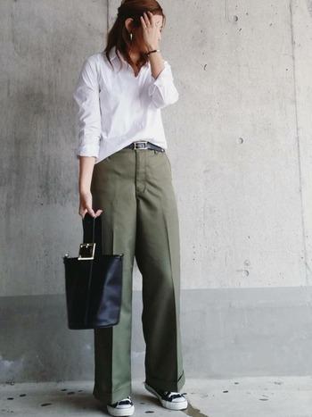 ワークパンツとぱきっとした白シャツをあわせれば、余裕のある大人のワークファッションへ。センタープレスがしっかり入ったパンツとシャツがクールな印象を醸し出していますね。スニーカーで抜け感を出すとGOOD。