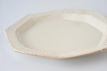 どんな料理にも合わせやすい白い器は、一つ持っていて絶対損はしません。 丸いお皿だけではなく、四角や八角など形もいろいろあります。 和食に合わせたいのであれば、少しざらついた質感のもの、洋食などであればつるっとした質感のものがおすすめです。 サイズは24cm以上のものならワンプレートで盛りつけることができます。 リムつきのものなら、余白を作りやすいので、おしゃれに仕上がりやすいですよ♪