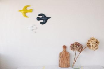 アーティストの鹿児島陸さんが陶芸を始めた頃から制作している壁掛けオブジェの「壁の鳥」。