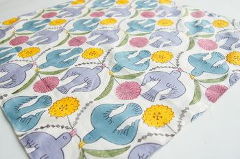福岡を拠点とする陶芸作家、鹿児島睦さんがデザインを手掛けたハンカチ。花と鳥が描かれたおしゃれなデザインです。