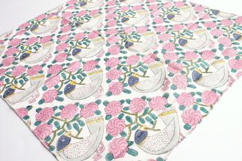こちらのハンカチも鹿児島睦さんデザインのもの。青い鳥とピンクのお花のコントラストが美しく、一枚の絵画を見ているよう。