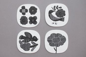 陶芸作家の鹿児島睦さんの絵がプリントされたコースター。白黒のモノトーンで、クールな雰囲気ですね。